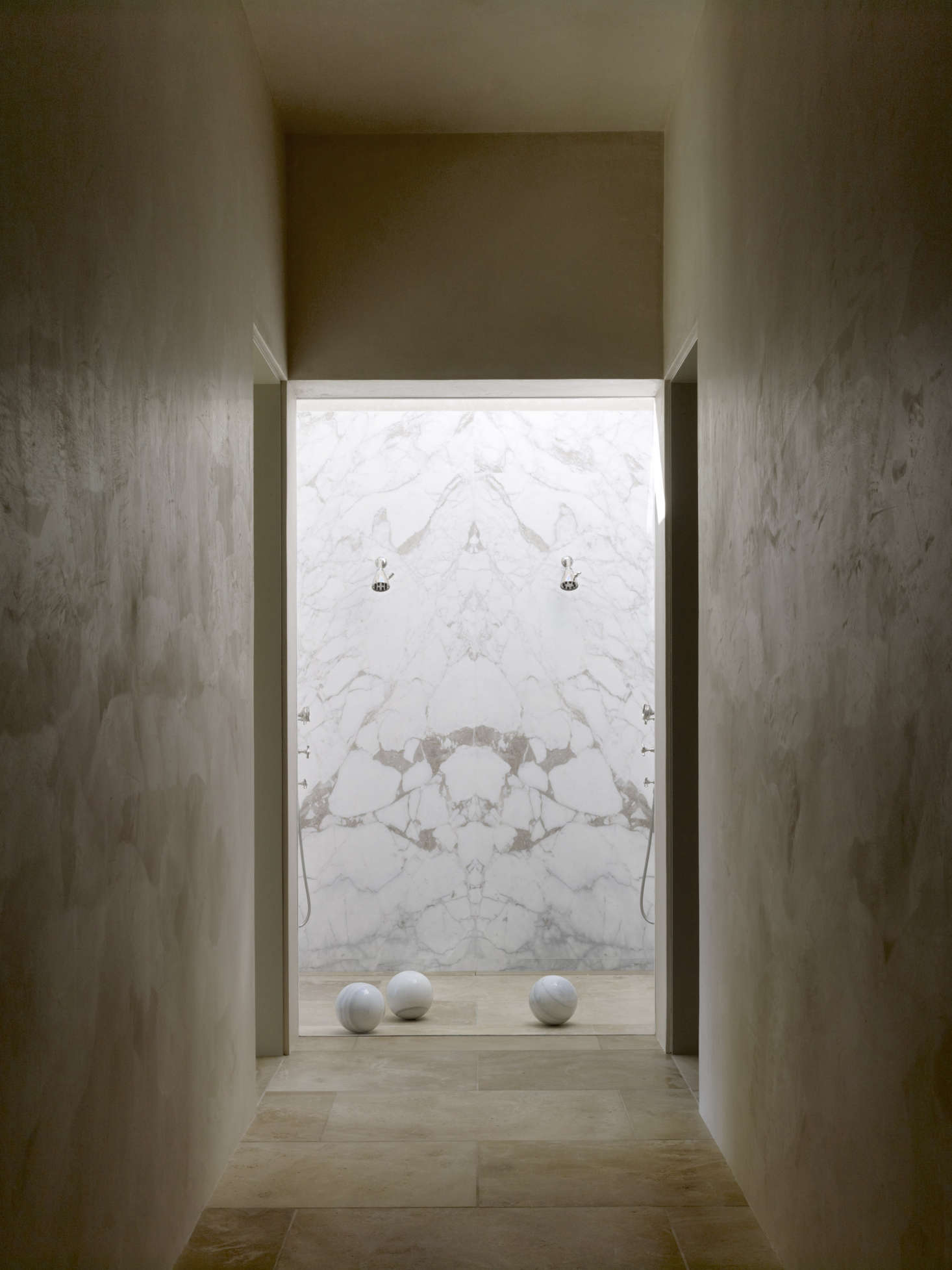 shower-at-end-of-hallways-marble-white-tan