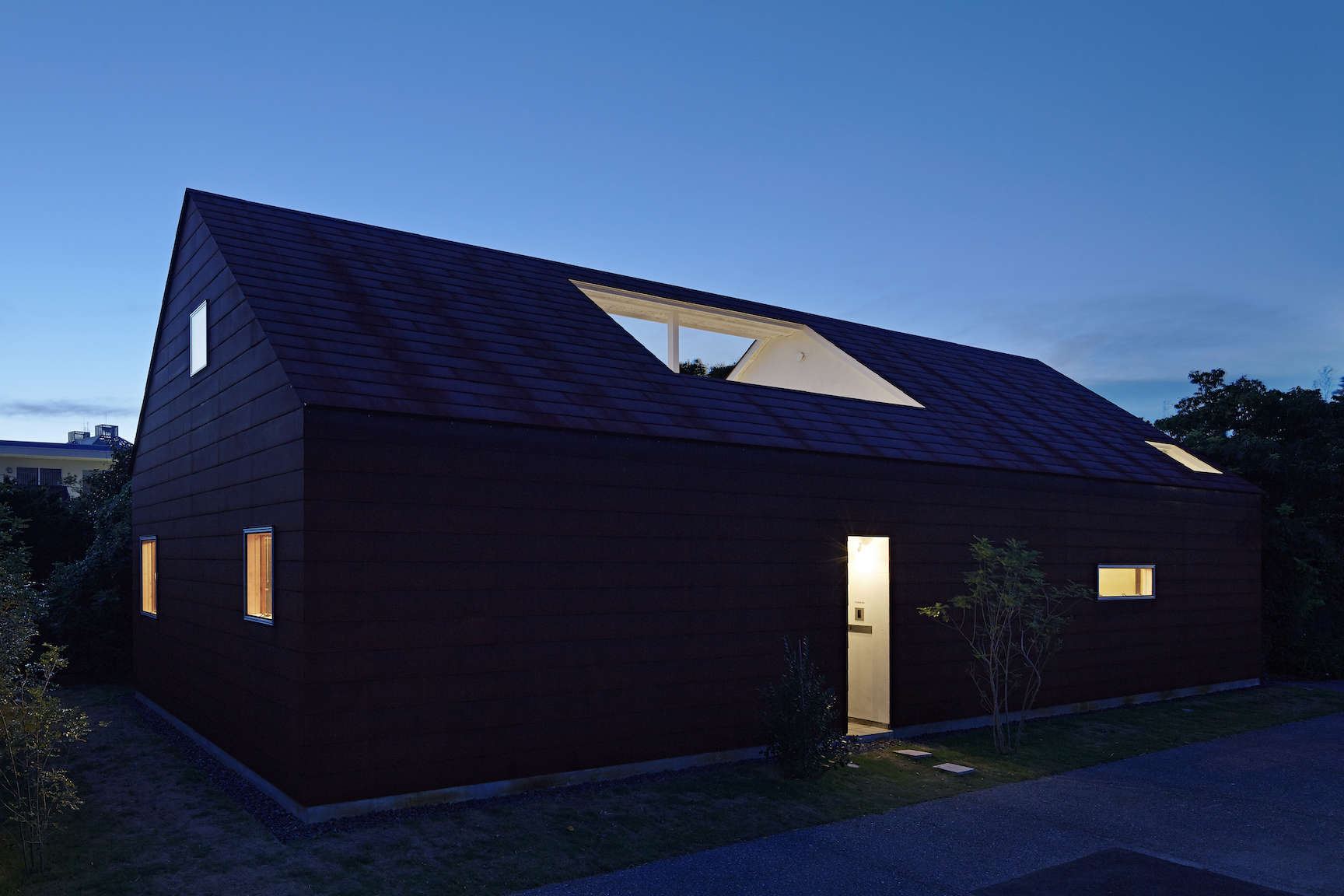 sabi, a surfers' house in chiba, japan, designed by no. 555 architects. the ext 22
