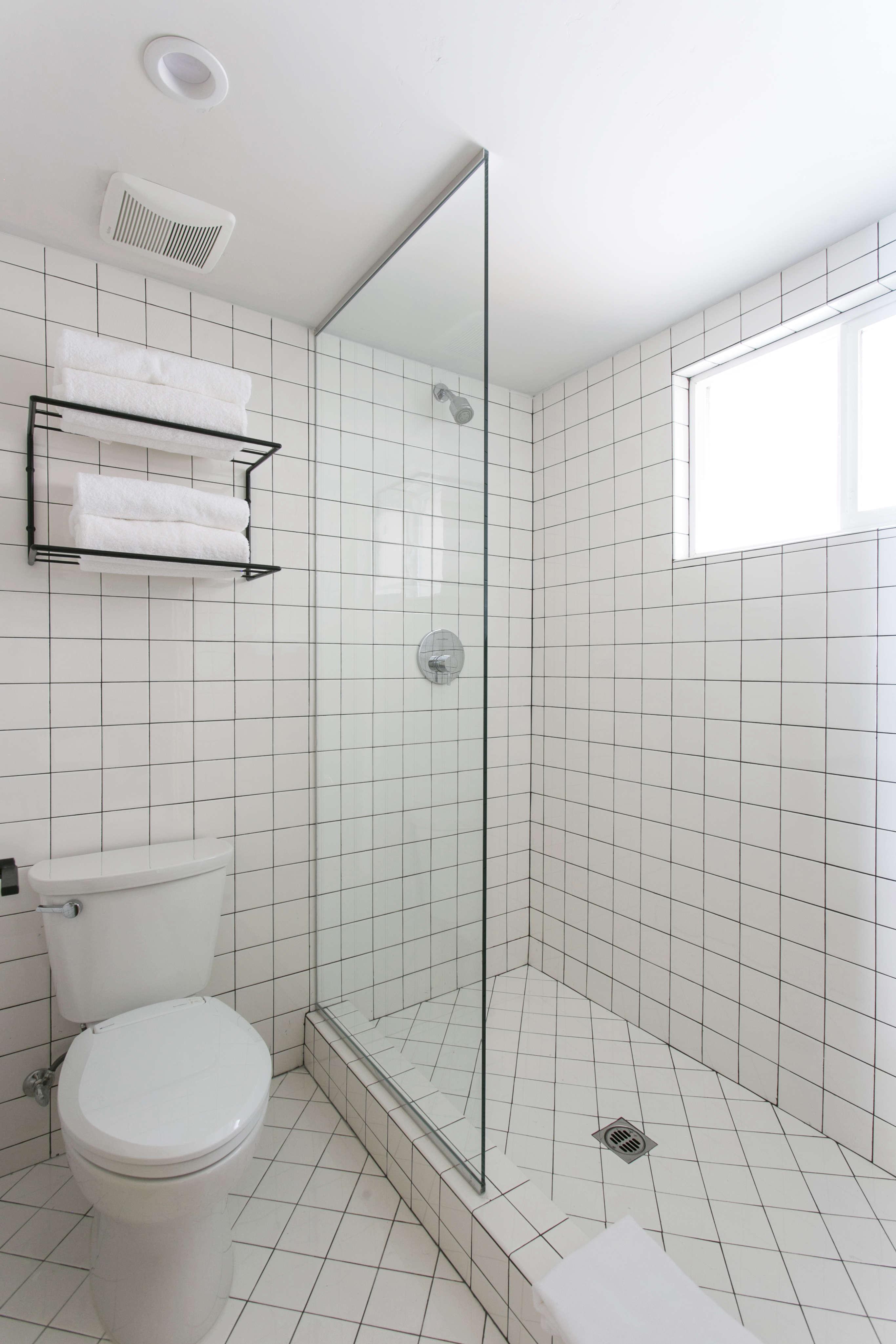all-white-tile-bath-black-grout-coachman-hotel