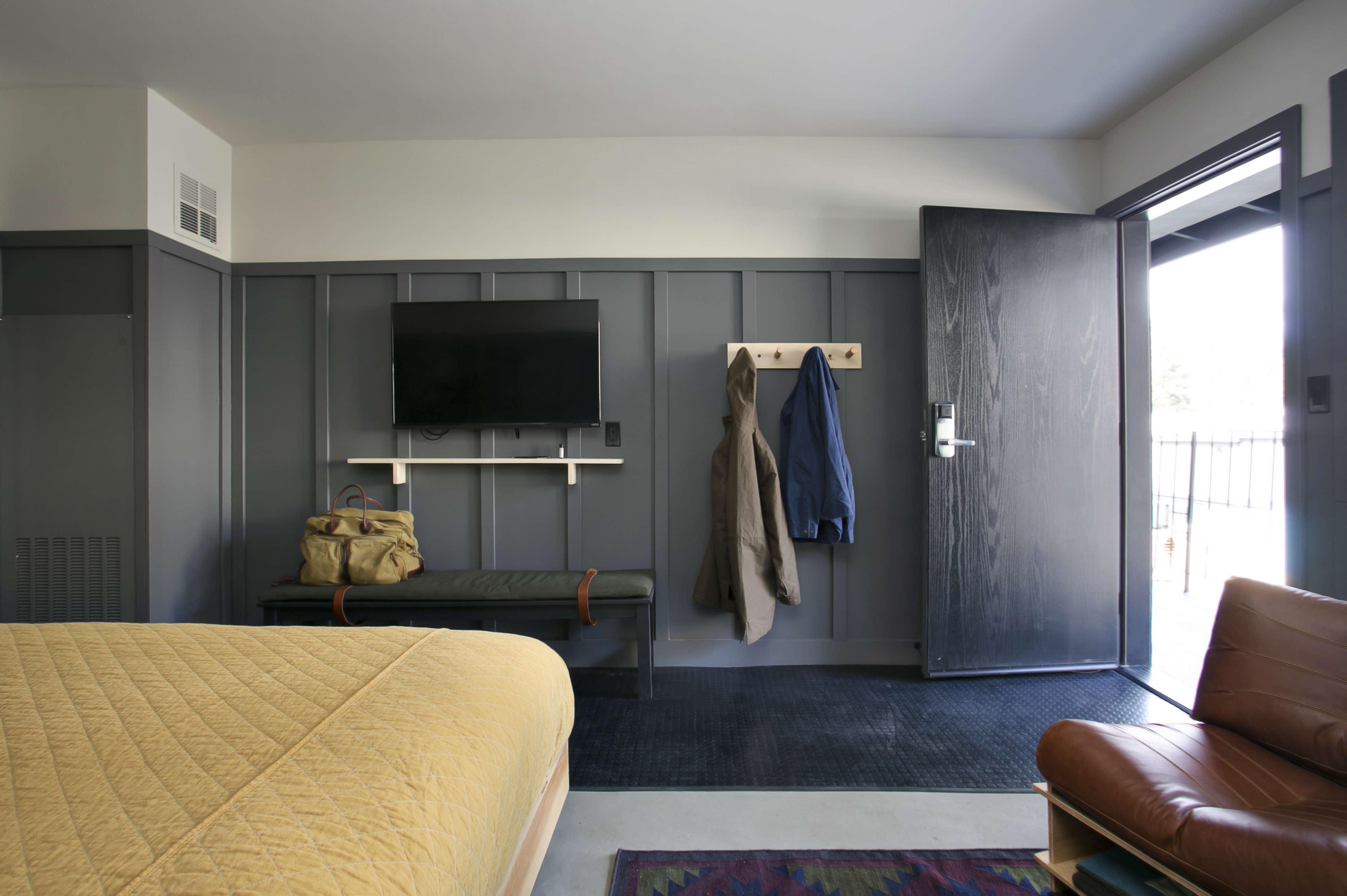 coachman-hotel-guest-room-gray-walls