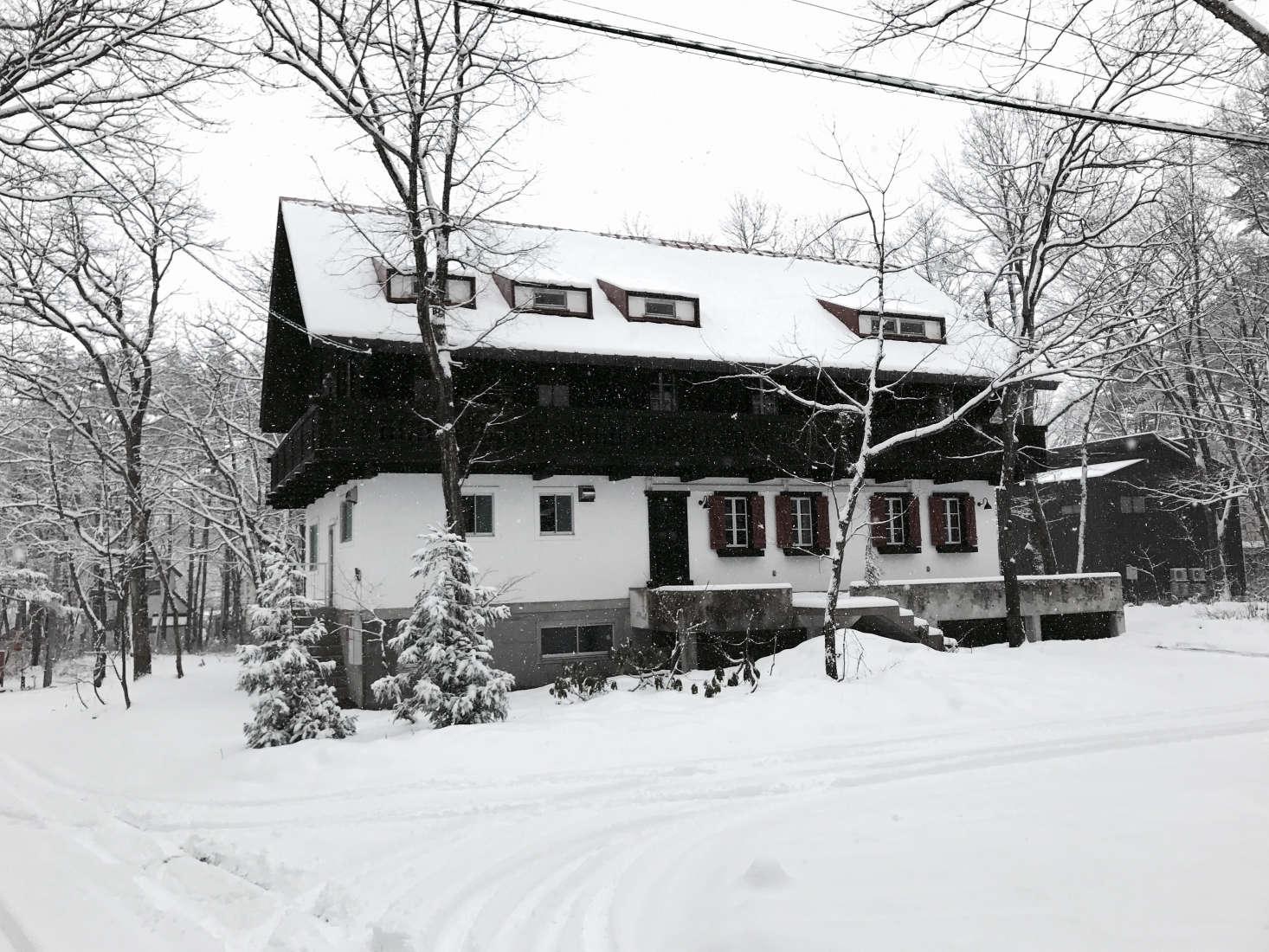 Hansen and Henrik transformed the classic Japaneseski lodgein Hakubainto a showcase for Finn Juhl&#8