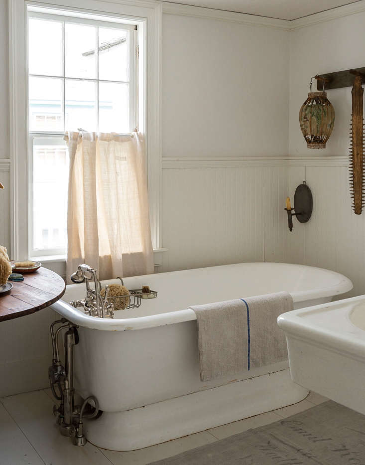 Remodeling 101 Romance in the Bath BuiltIn vs Freestanding Bathtubs Designer John Derian sourced a vintage flat bottom bath atDemolition Depot(formerly Irreplaceable Artifacts) on \1\25th Street in New York City and fitted it with an exposed, vintage style faucet. SeeBathroom of the Week: John Derian's Homage to Old Cape Cod for more of his bath. Photograph by Matthew Williams.