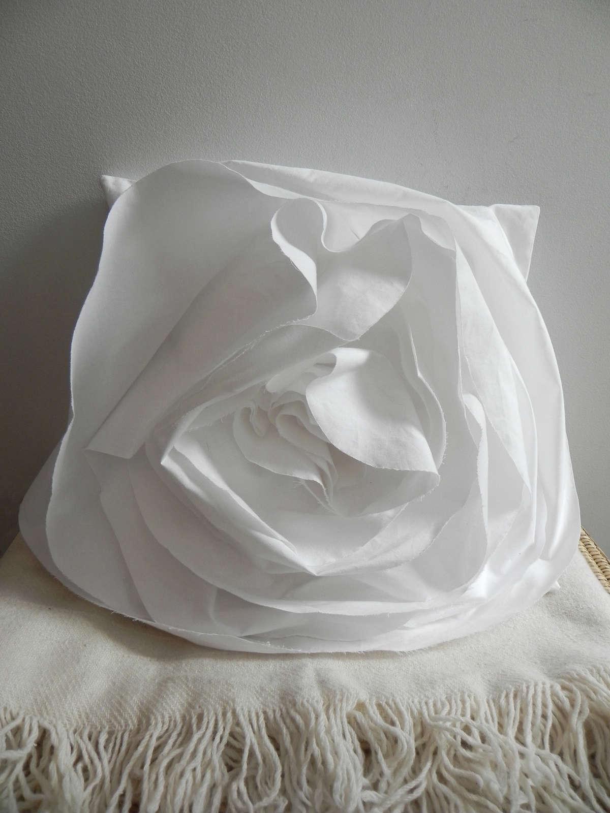 a detacher white flower pillow 19