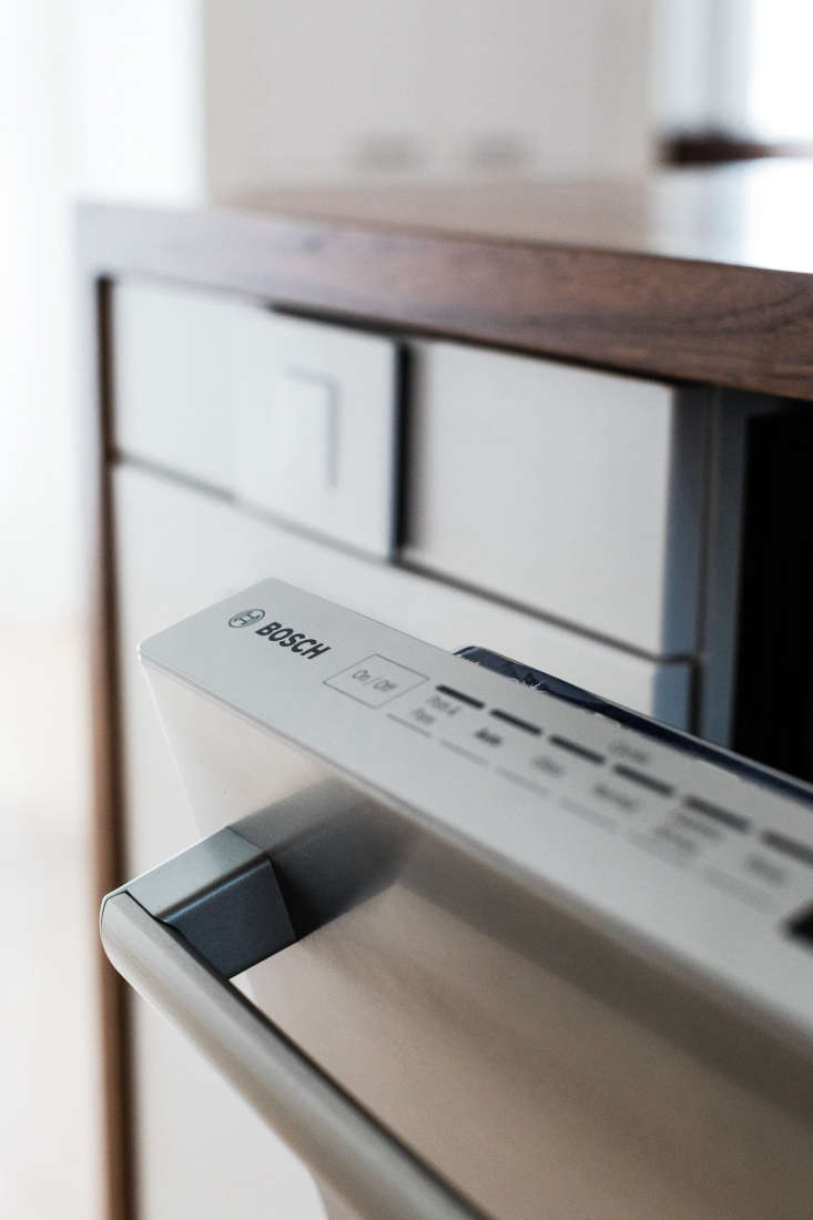 a detail of the bosch 800 series dishwasher, tucked discreetly under the counte 19
