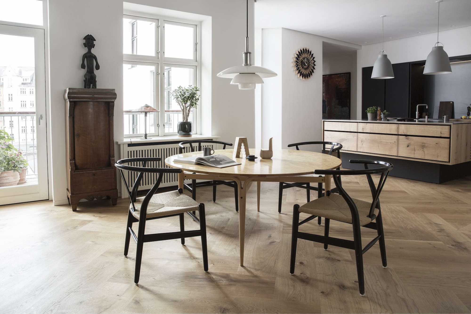 dining-room-wishbone-chairs-denmark-garde-Hvalsoe
