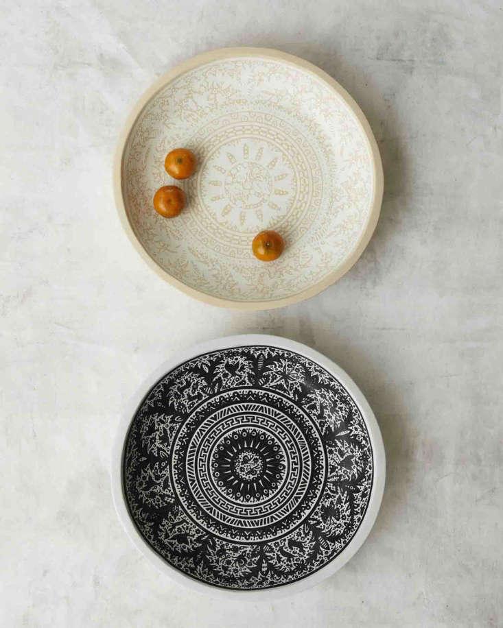 Lacquered Batea Oli platescome in black on white or white on white.