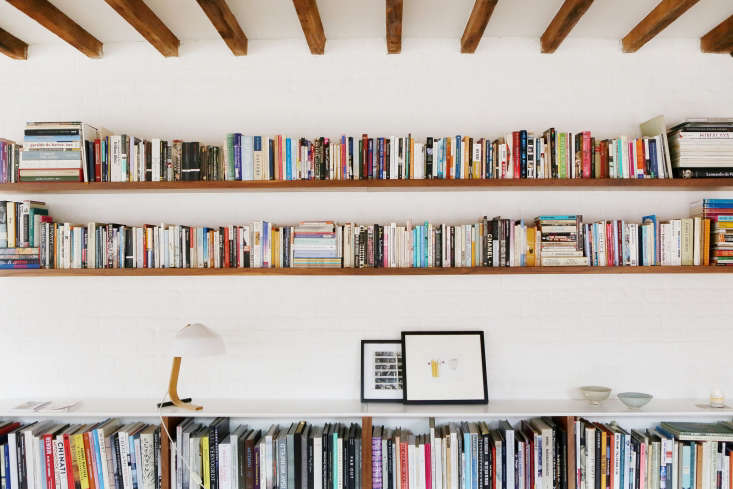 Built-in shelves replace freestanding bookshelves and create a display shelf for art and favorite objects. Long uninterrupted shelves feelexpansive rather than cramped.
