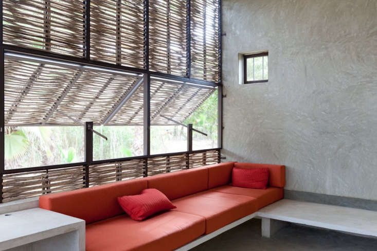 The bedrooms on either side of the house have reading areas with built-in seating and louvered media sombre walls made of a steelframe with a bug screen and woven Palo de Arco screens that filter the light while letting the breeze in.