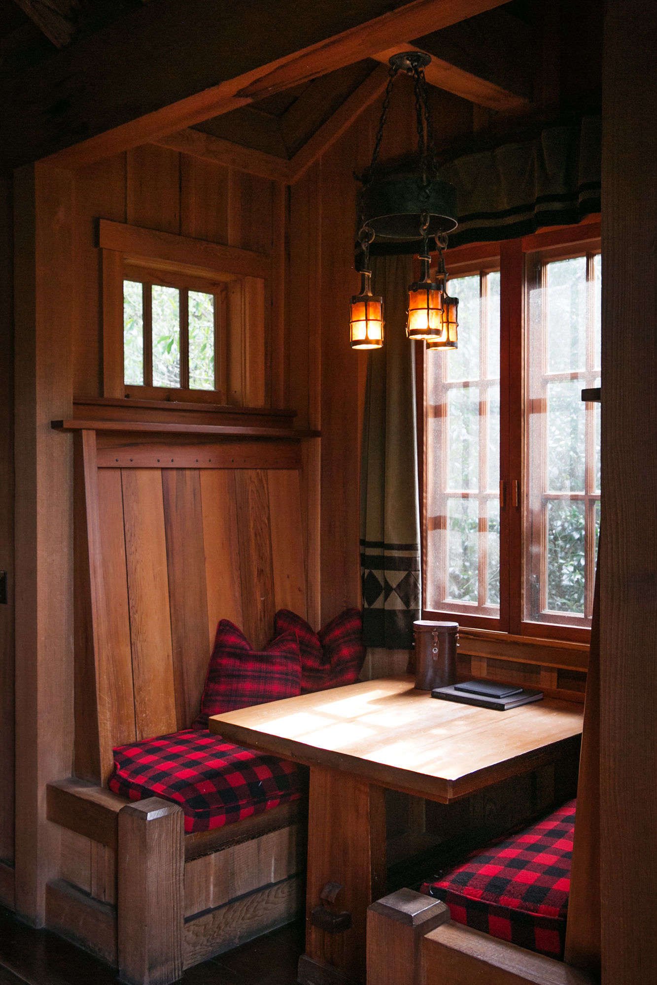 a table and banquettesare built into the back wall of the cabin. 17