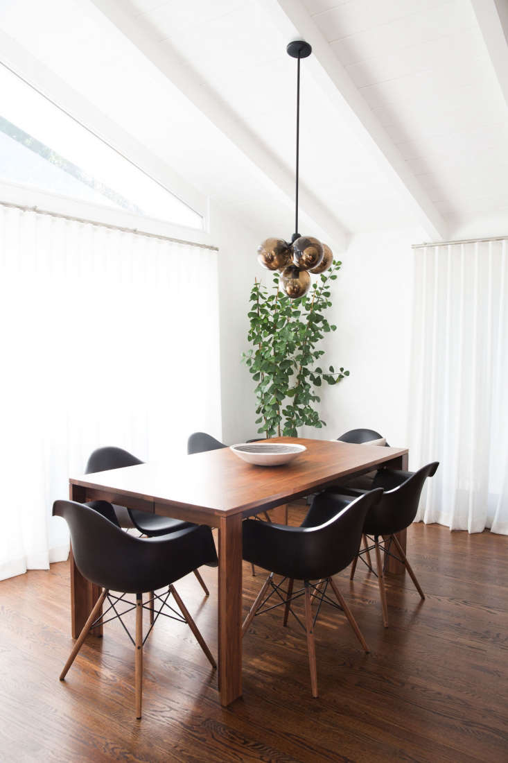 the dining room&#8\2\17;s large windows carry light into the kitchen beyond 14