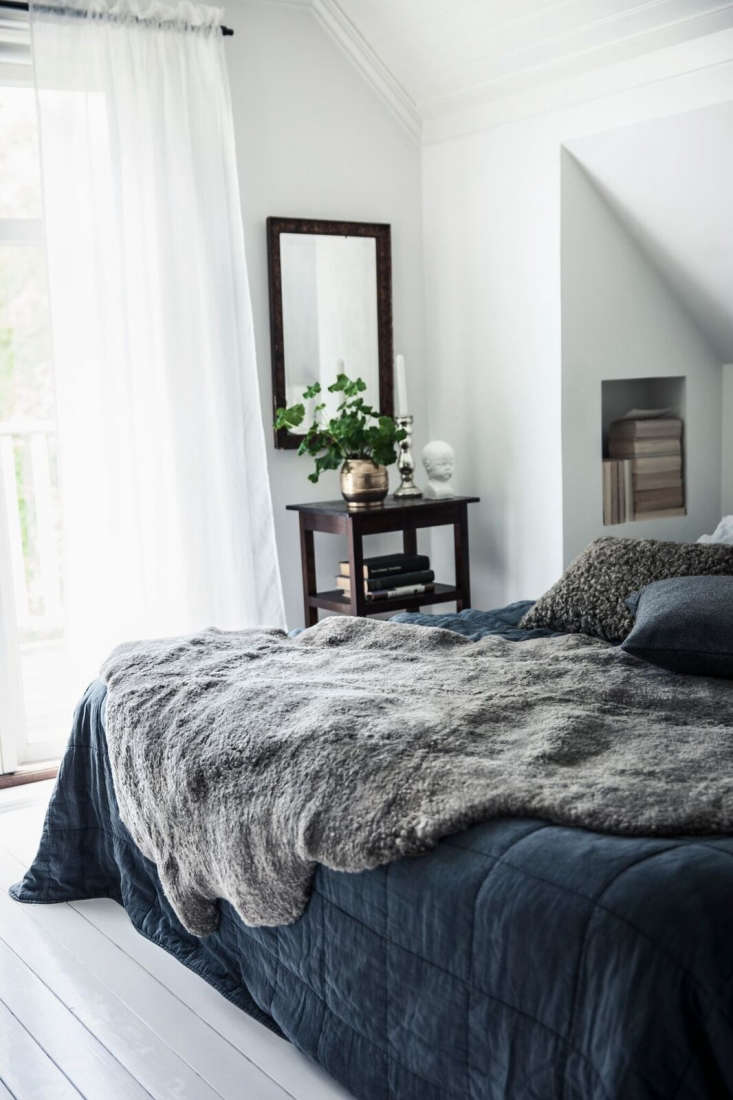 oversize sheepskins add lushness to the bed. 9