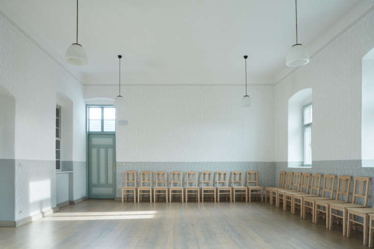 one of the more charming features of the buildings: a dance hall, wallpapered i 20