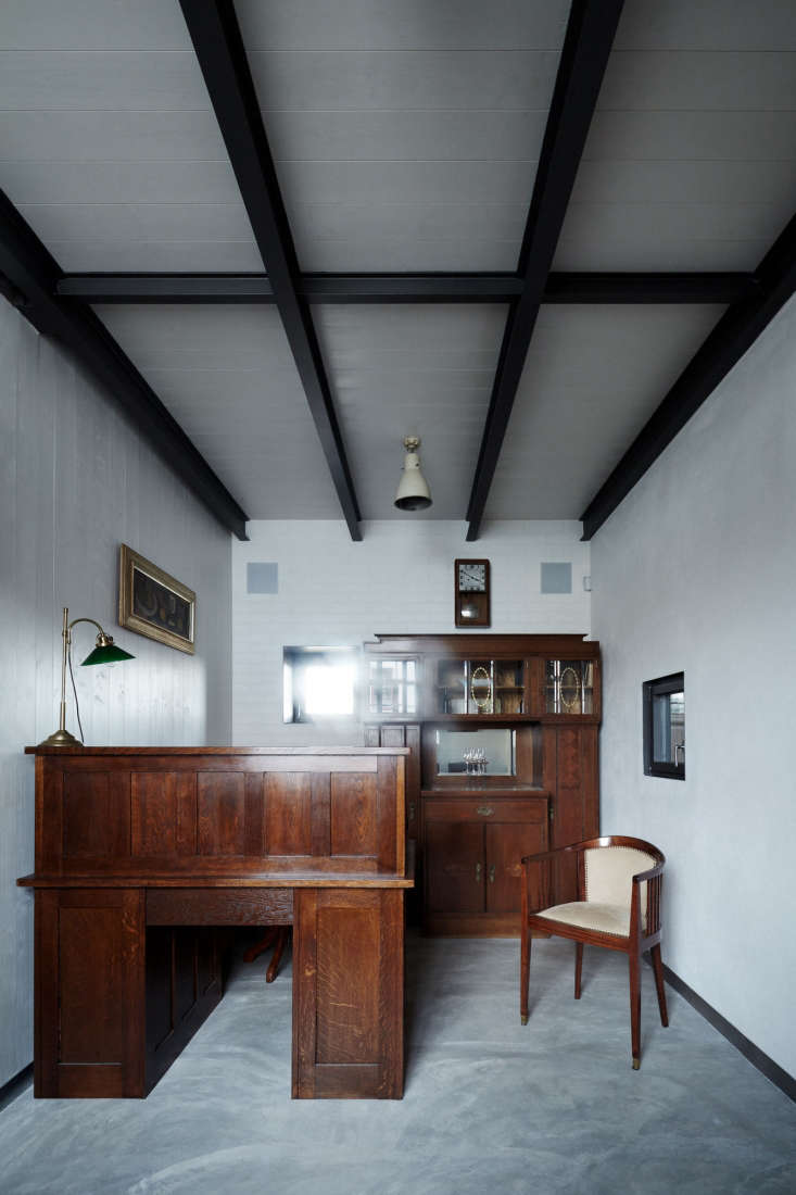 outfitted with vintage wood furniture, alow ceilinged nookbecomes an office 19
