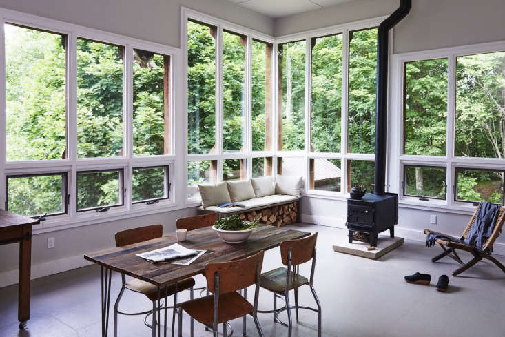 Low-profile furnishings—including schoolhouse-style chairs and a low-slung lounge—keeps the emphasis on the outdoors.