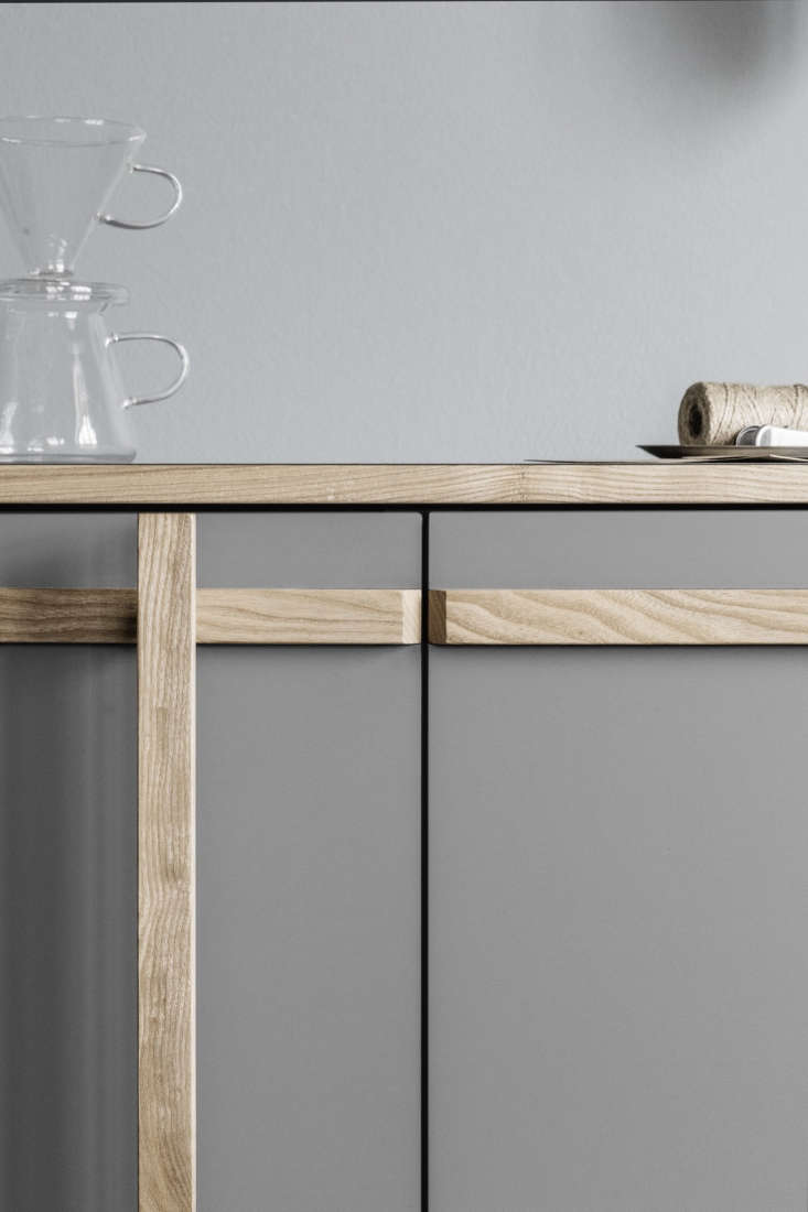 the ash handles can be appliedon either the right or left side of the cabinet 12