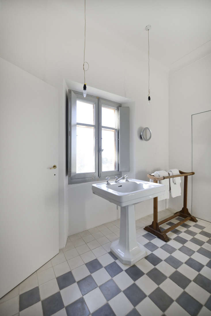 a floating pedestal sink, volevatch&#8\2\17;s neoclassique,stands in fr 20