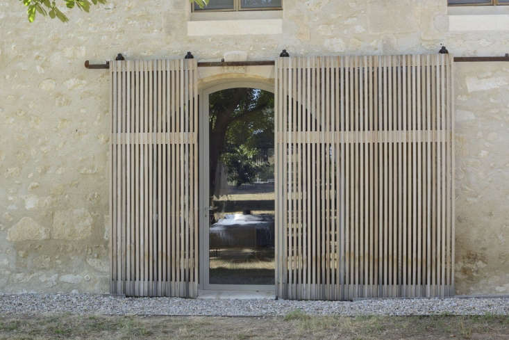 sliding cedar screens in the living area filter in natural light. the cedar sla 10