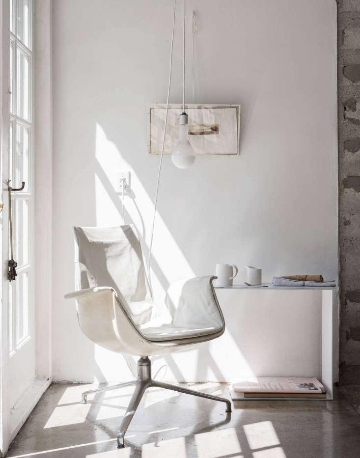 a quiet reading corner in designer michaela scherrer&#8\2\17;s house in pas 9