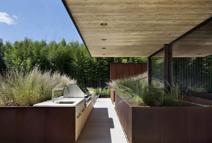 An outdoor kitchen by NY-based Bates Masi Architects, members of the Remodelista Architect & Designer Directory.