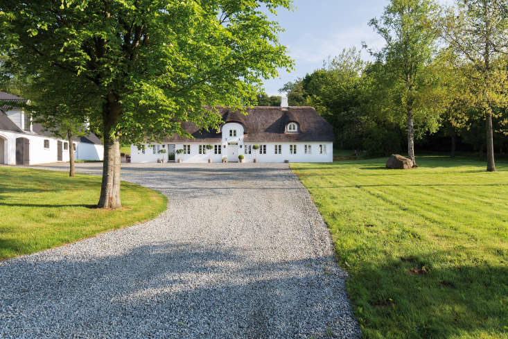 The gravel driveway to the Dinesen house.