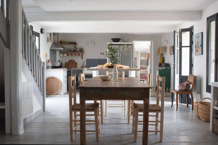 modern farmhouse dining room and kitchen at the modern farmhouse kitchen at mas 13