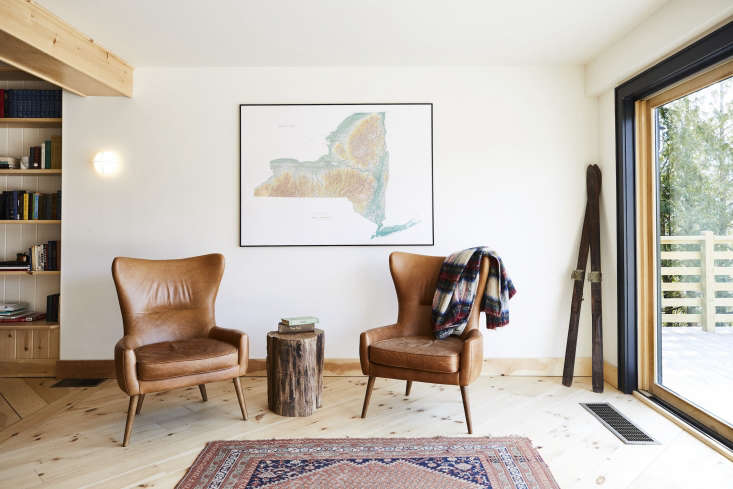 Scribners Catskill Lodge An Eccentric 1960s Lodge with a Modern Update Vintage midcentury furniture is a nod to the building's original architect. The glowing sconce is the Mori Seed Light from Rich Brilliant Willing. Photograph byNicole Franzen.