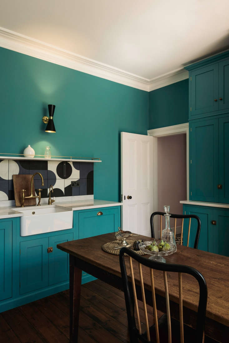 The base and wall cabinets are from deVol&#8