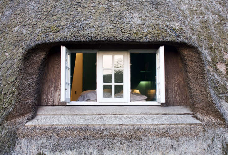 Frisian charm: A window cut into the thatched roof.