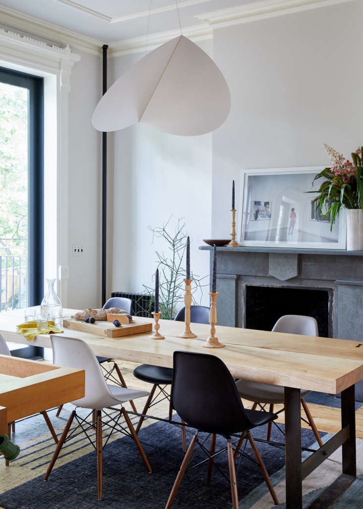 Afolded aluminumBounce Large Shadefrom Roll & Hill hangs in the dining room in architect Jess Thomas&#8