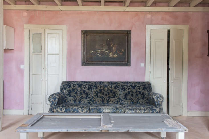 The Countryside House has textured pink walls throughout. &#8