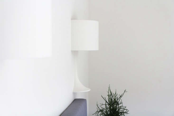 The Flos half lamps over the bed are made of a plaster-like composite; they&#8