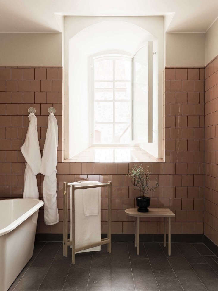 The bathroom is finished with vintage pink square tiles, Ifö bath fixtures, and slate flooring.