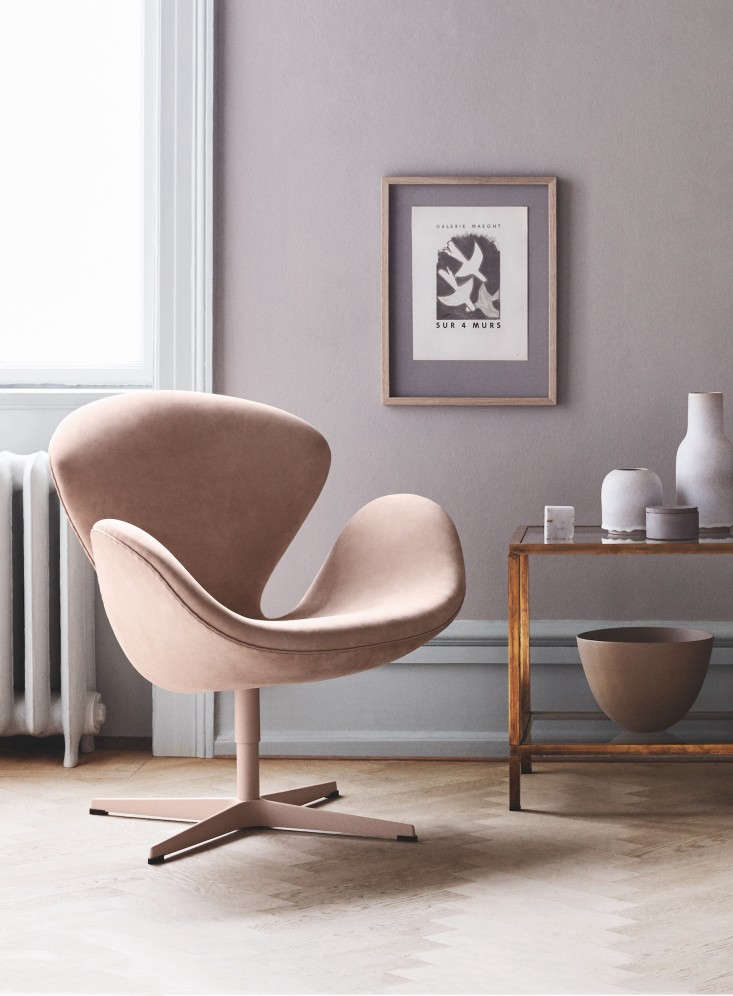Instantly recognizable: the Swan Chair, shown in pale pink, designed by Arne Jacobsen for manufacturer Fritz Hansen.