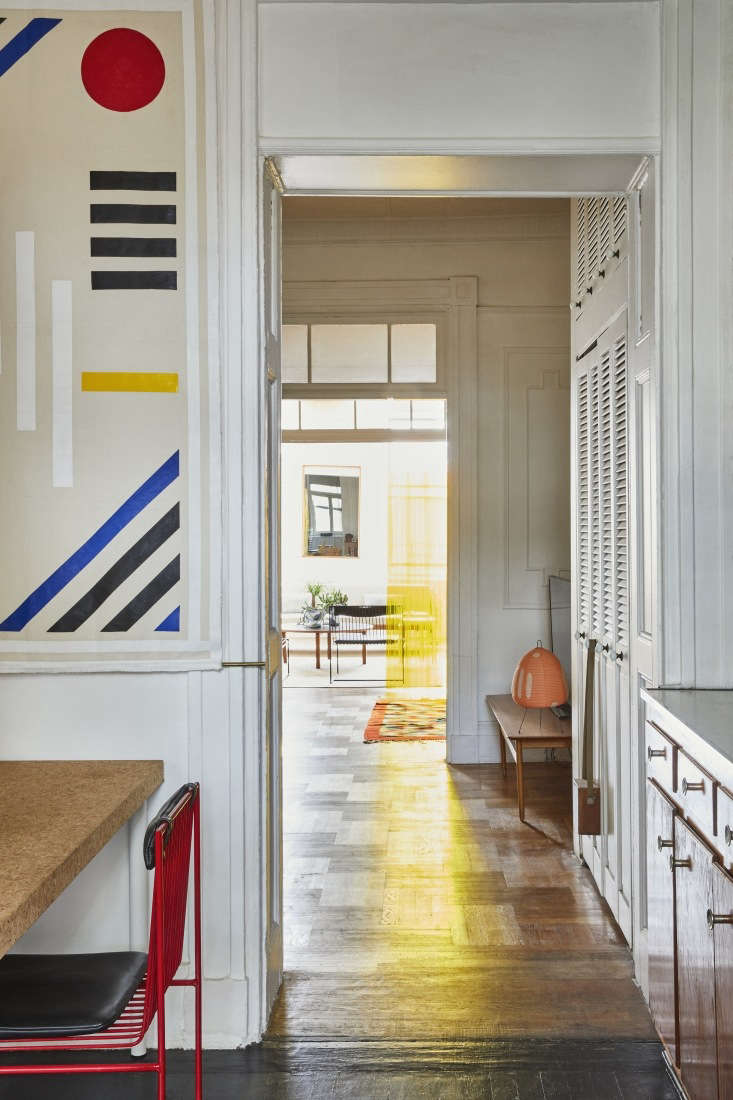 The wall hanging, as well as the striped design covering the lower kitchen cabinets, is by artistAndreas Díaz Andersson, who is the brother of Valentin's Bogus Studio design partner Alexander Díaz Andersson. A red Noguchi Akari loading=