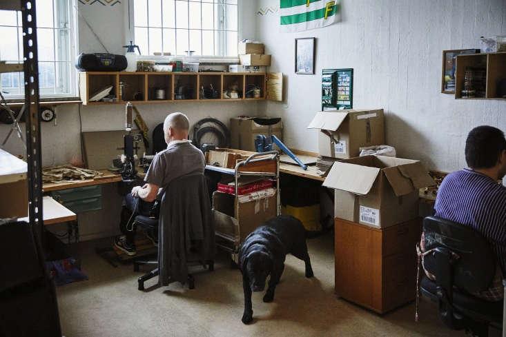 in the iris hantverk workshop, Åke falk and his labrador retriever sit to the  11