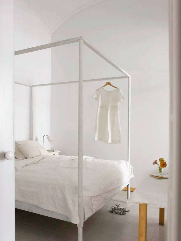 The White Album 27 Serene Bedrooms in Shades of Pale Get some headspace: In Jane Cumberbatch&#8\2\17;s vacation house in Olhao, Portugal, a simple four poster occupies a small room with a soaring arched ceiling. Photograph courtesy of Jane Cumberbatch, Pure Style.