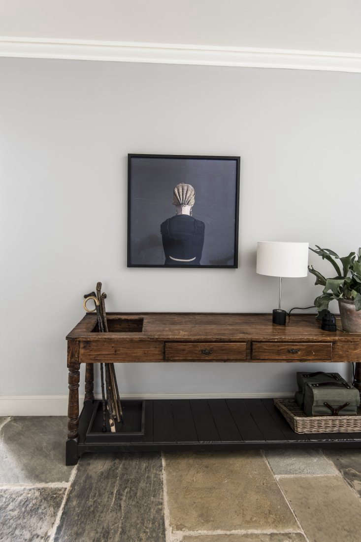 A work by Danish artist Trine Søndergaard hangs in the foyer. Pedersen cites Danish artists Vilhelm Hammershøj, Carl Holsøe, and Per Ilsted as influences on her approach to interior design.