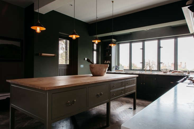 As for the large, central worktop, the homeowners opted for a wood surface of oiled English pippy oak. &#8
