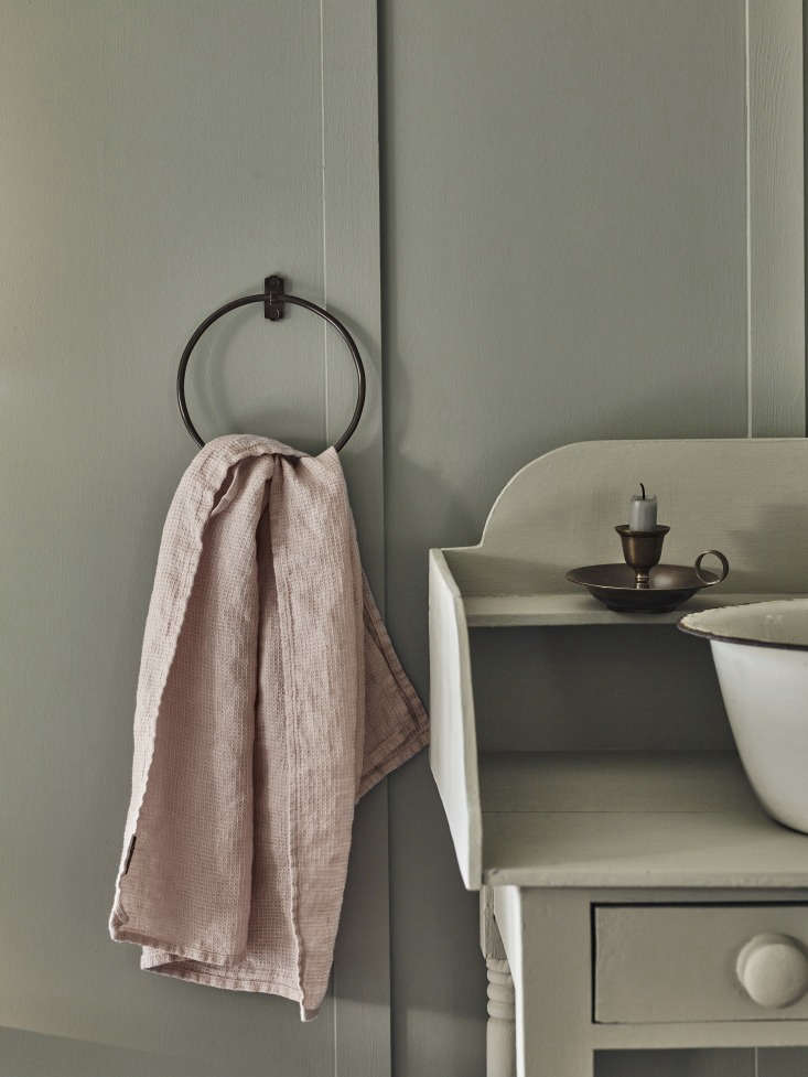 Vintage Luxe New Bath Accessories from Rowen amp Wren with Traditional Appeal TheBilton Towel Ring (£3\2), shown in blackened bronze, has welded joints and can be used to hold towels in the kitchen or the bath. Here it holds a Linen Waffle Hand Towel (£\2\2) in Tea Rose (also available in Pale Grey and Shingle Grey).