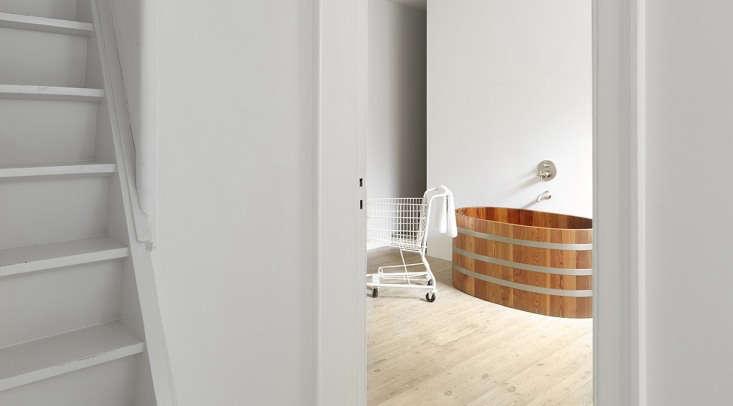 Um banho oval japonês no quarto de hóspedes do Atelier Lachaert Dhanis, um empreendimento da dupla de artistas Sofie Lachaert e Luc Dhanis na Bélgica.