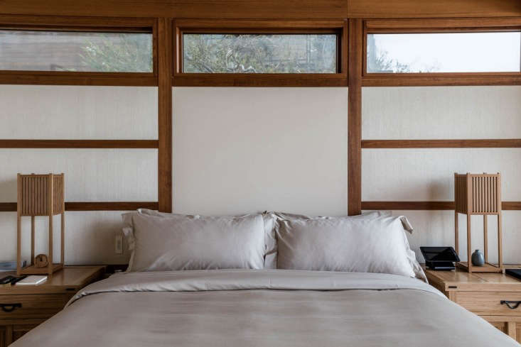 A pair of tatami-style table lamps flank the bed.