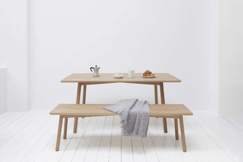 In natural oak, the table and bench take on a refined picnic look.