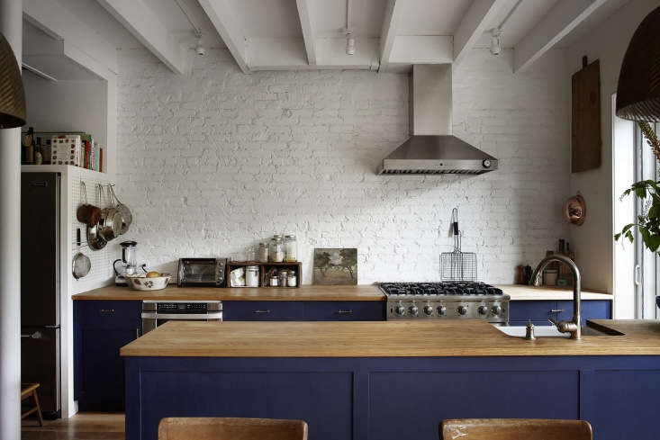 vardi planned her blue kitchen &#8\2\20;years before it became a thing& 14