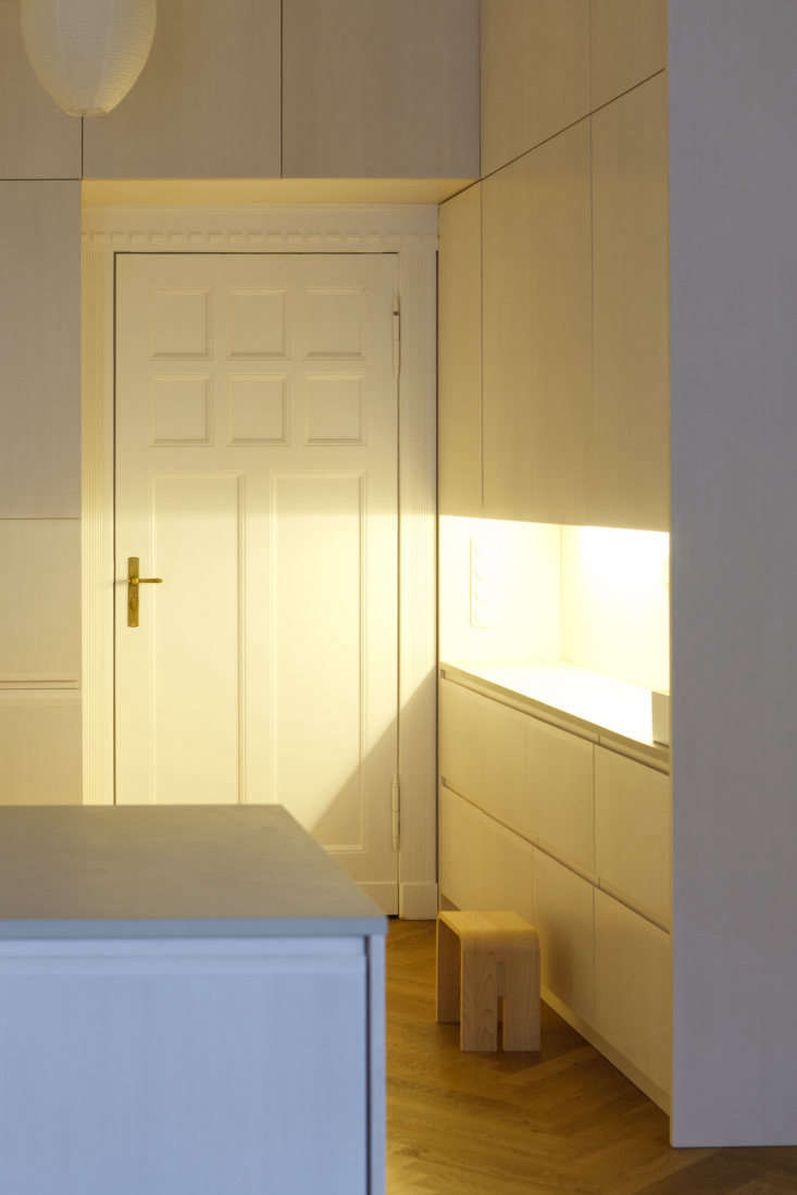 an &#8\2\20;extra warm artificial light&#8\2\2\1; cloaks the side cabin 14