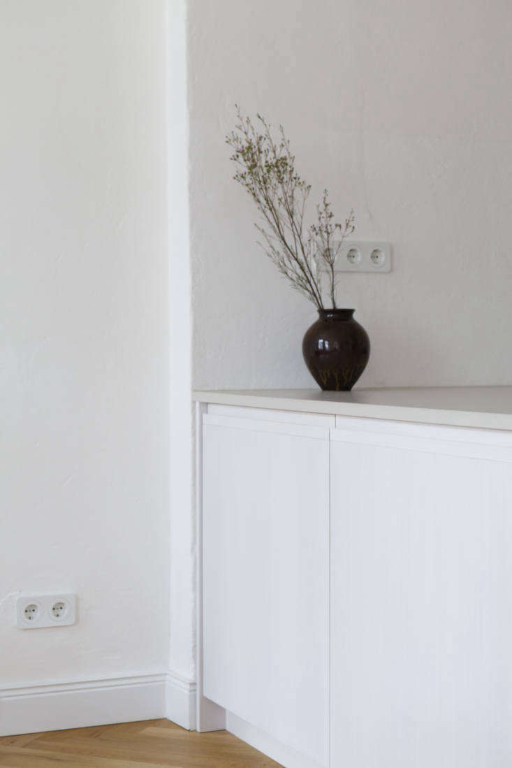 the white electrical outlets are by berker(for other good looking options, se 17