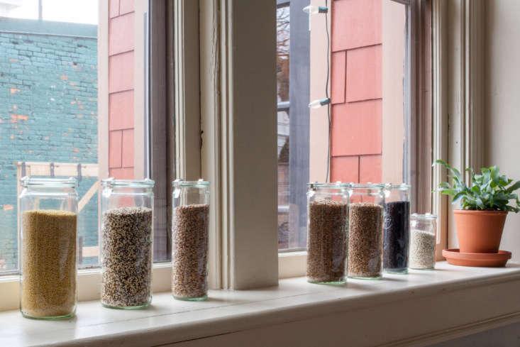 Weck jars, aligned on a windowsill, house the café&#8