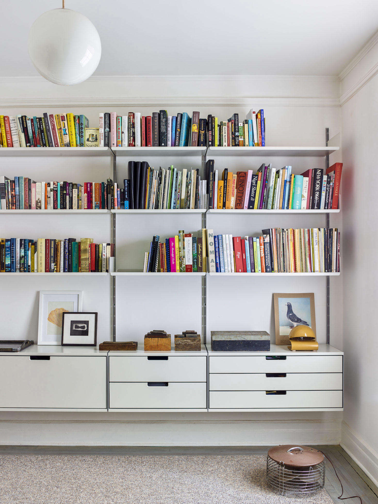 The wall-mounted Vitsoe shelving unit in the couple&#8
