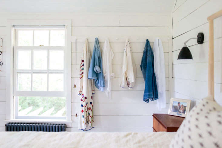 Elizabeth added a row of Shaker peg rails on the far wall of the bedroom (for more, see Christine&#8