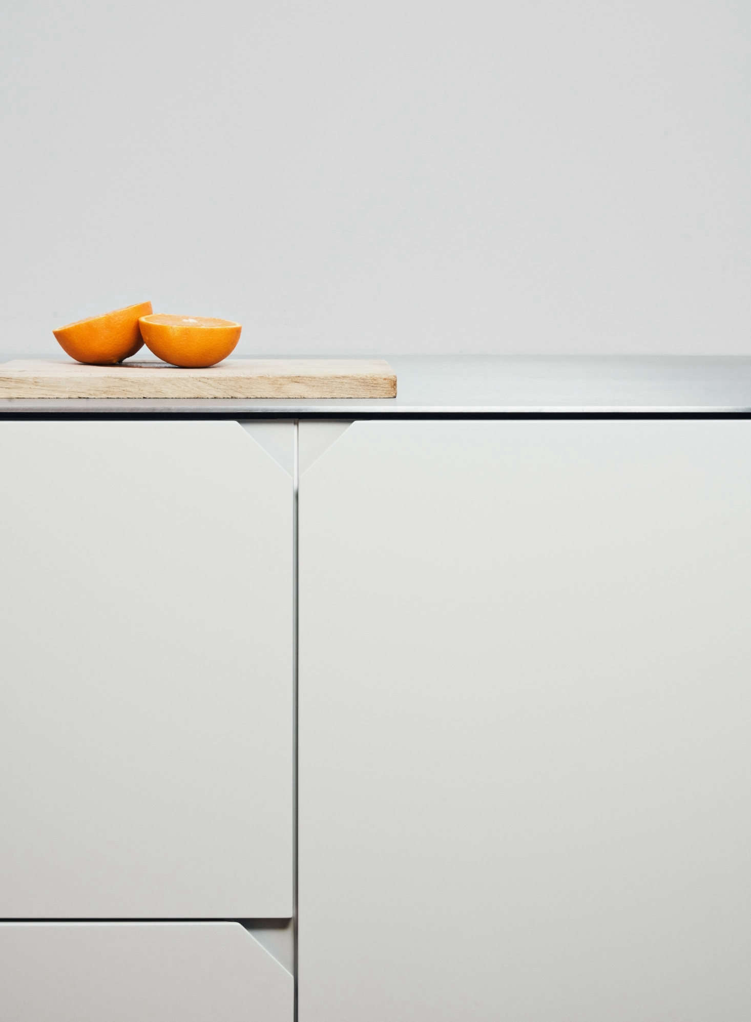 The triangular edge pulls neatly finish the horizontal and vertical lines of the cabinets.