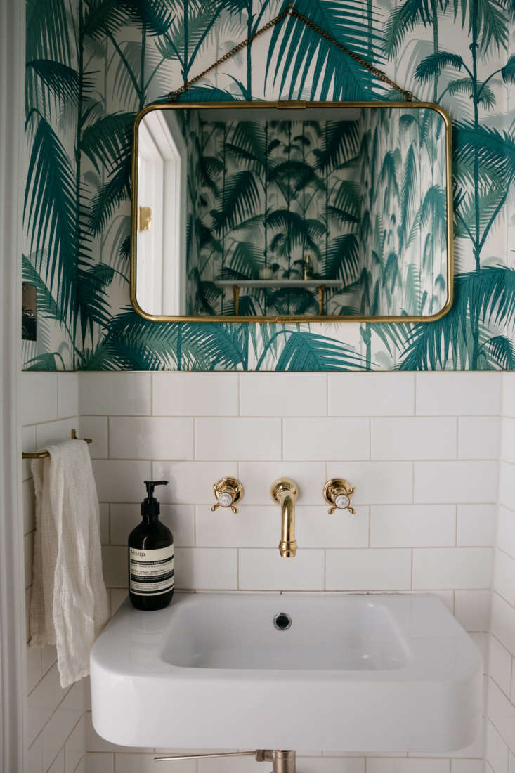 A Brooklyn powder room papered in Cole & Son&#8
